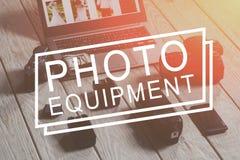Phototechnique y ordenador portátil con el primer del dinero Imágenes de archivo libres de regalías