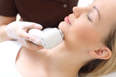 Phototherapie, eine Frau im Schönheitssalon Lizenzfreie Stockfotos