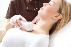 Phototherapie, eine Frau im Schönheitssalon Stockfoto