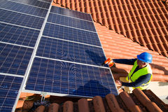 Photovoltaic arbeider stock afbeeldingen