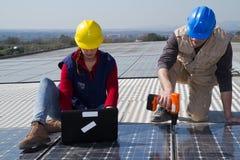 Photovoltaic arbeiders stock foto