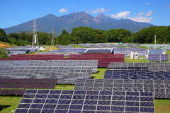 Photovoltaic elektrische centrale en berg Royalty-vrije Stock Afbeeldingen