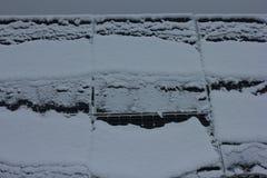 Photovoltaic enheter som täckas med snö royaltyfri bild