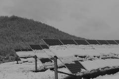 Photovoltaic enheter som täckas med snö Arkivbilder