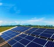 Photovoltaic installation för solpanel på ett tak Arkivbilder