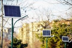 Photovoltaic openbare verlichting in een park royalty-vrije stock afbeeldingen