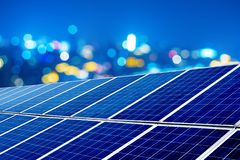 Photovoltaic paneel bij nacht stock fotografie