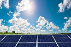 Photovoltaic panel med solen som skiner Royaltyfria Bilder