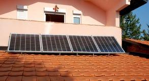 Photovoltaic panel wspinający się na dachu. Obrazy Royalty Free