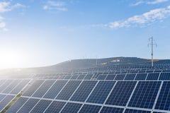Photovoltaic panelen en luchttransmissielijnen stock foto's