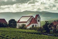 Photovoltaic paneler på det kyrkliga taket i Alsace royaltyfri foto