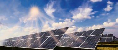 Photovoltaic systeem en zon royalty-vrije stock foto's