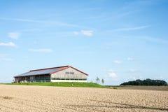 Photovoltaic tak på en ladugård Arkivbild