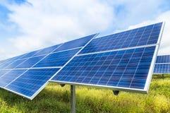 Photovoltaics dos painéis solares na central elétrica de energias solares Fotografia de Stock Royalty Free