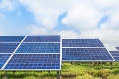 Photovoltaics dos painéis solares na central elétrica de energias solares Imagem de Stock