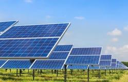 Photovoltaics dos painéis solares na central elétrica de energias solares Foto de Stock Royalty Free