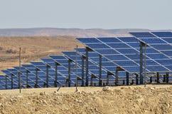 Photovoltaics en granja de la energía solar del desierto en el desierto del Néguev, es Imagen de archivo