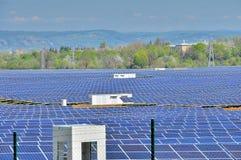 Photovoltaics-Kraftwerk mit Inverterstationen Lizenzfreies Stockbild