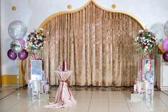 Photozone свадьбы в пастельных цветах: занавесы, свечи, букет, воздушные шары Стоковые Фото