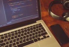 Php code inzake laptop ` s vertoning met cellphone en hoofdtelefoons op wo Royalty-vrije Stock Afbeelding