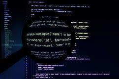 Php code onder meer magnifier Lichte code inzake de donkerblauwe achtergrond Stock Afbeelding