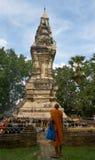 PHRA孔KHAO NOI, YASOTHON,泰国- 2016年6月19日:一个和尚在古老塔前面站立 免版税库存图片