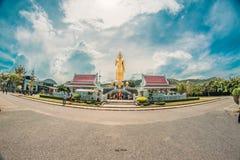 Phra Buddha Mongkol Maharaj Buddha diritto dorato più alto immagini stock