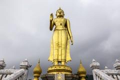 Phra BuddhaMongkol Maharaj parkerar den mest högväxta guld- stående Buddha på kommunala Hat Yai, Hat Yai Thailand arkivfoto