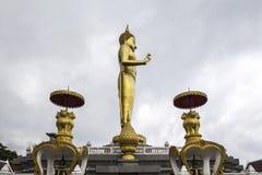 Phra BuddhaMongkol Maharaj parkerar den mest högväxta guld- stående Buddha på kommunala Hat Yai, Hat Yai Thailand fotografering för bildbyråer