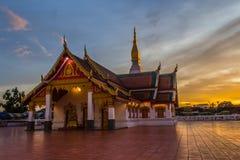 Phra budista do wat da igreja do por do sol esse amigo do choeng imagem de stock