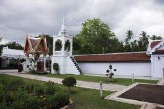 Phra de Wat que templo del sawi en Chumphon, Tailandia mientras que llueve la tormenta Fotografía de archivo