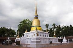 Phra de Wat que templo del sawi en Chumphon, Tailandia mientras que llueve la tormenta Imágenes de archivo libres de regalías