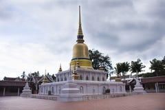 Phra de Wat qui temple de sawi dans Chumphon, Thaïlande tout en pleuvant la tempête Image stock