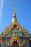 Phra Maha Chedi av Thailand med blå himmel Arkivfoton