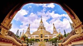Phra Maha Chedi Chai Mongkol bei Roi Et Province, Thailand Lizenzfreie Stockfotografie