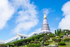Phra Maha Dhatu Nabha Metaneedol, Markstein mit zwei Pagoden im Tal Stockfotos