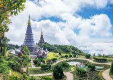 Phra Maha Dhatu Nabha Metaneedol, Markstein mit zwei Pagoden im Tal Lizenzfreie Stockfotografie