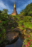 Phra Mahathat Napha Methanidon et Phra Mahathat Naphaphon Bhumisiri, pagodas jumelles en Thaïlande Photographie stock