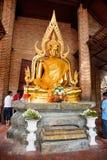 Phra Nakhon Si Ayutthaya, Таиланд - 8-ое апреля 2018: Статуи Будды в Phra Nakhon Si Ayutthaya, на chaimongkol Таиланде yai, дальш Стоковая Фотография RF