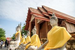 Phra Nakhon Si Ayutthaya, Таиланд - 8-ое апреля 2018: Статуи Будды в Phra Nakhon Si Ayutthaya, на chaimongkol Таиланде yai, дальш стоковые фото