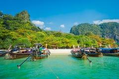PHRA NANG,泰国- 2018年2月09日:长尾巴小船美丽的景色连续在泰国,站立在Phra nang 免版税库存照片