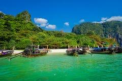 PHRA NANG,泰国- 2018年2月09日:长尾巴小船美丽的景色连续在泰国,站立在Phra nang 库存图片