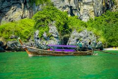 PHRA NANG,泰国- 2018年2月09日:长尾巴小船美好的室外看法站立在Phra a的nang海岛上的 免版税图库摄影