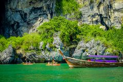 PHRA NANG,泰国- 2018年2月09日:长尾巴小船美好的室外看法站立在Phra a的nang海岛上的 库存图片