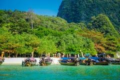 PHRA NANG,泰国- 2018年2月09日:长尾巴小船美好的室外看法连续在泰国,站立  免版税库存图片