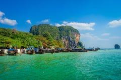 PHRA NANG,泰国- 2018年2月09日:长尾巴小船美好的室外看法连续在泰国,站立  库存图片