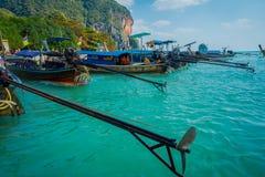 PHRA NANG,泰国- 2018年2月09日:长尾巴小船连续在泰国,站立在Phra华美的nang海岛上 库存照片
