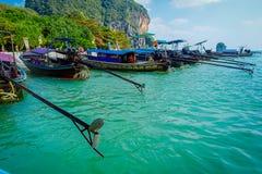 PHRA NANG,泰国- 2018年2月09日:长尾巴小船连续在泰国,站立在Phra华美的nang海岛上 库存图片