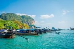 PHRA NANG,泰国- 2018年2月09日:长尾巴小船连续在泰国,站立在Phra华美的nang海岛上 免版税库存照片