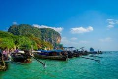 PHRA NANG TAJLANDIA, LUTY, - 09, 2018: Długiego ogonu łódź w Tajlandia z rzędu, stoi na Phra nang wyspie w wspaniałym Fotografia Stock